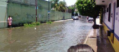 [VIDEO] Así la fuga de agua en la calle 32 de la colonia Flores Magón