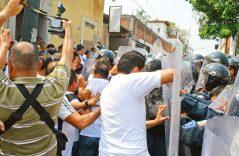 [VIDEO] Se jalonean manifestantes y policías afuera del edificio del Poder Judicial