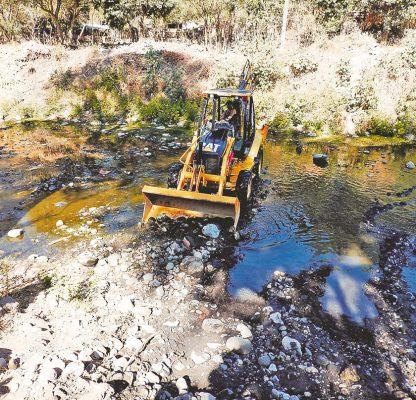 Desafían el riesgo 20 familias: viven a orillas del río Apatlaco