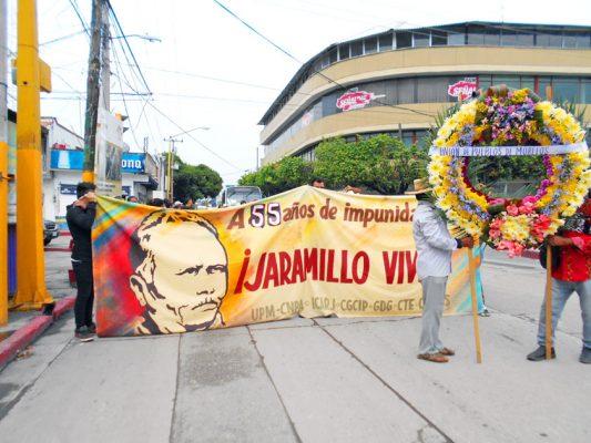 Durante la marcha se llevó una ofrenda floral a Xochicalco.