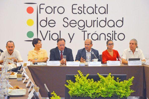 El diputado local Jaime Álvarez Cisneros encabezó ayer el Foro Estatal de Seguridad Vial y Tránsito. Foto: FROYLÁN TRUJILLO