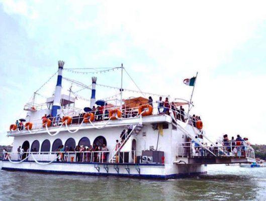 El barco también participó en la procesión por el lago.