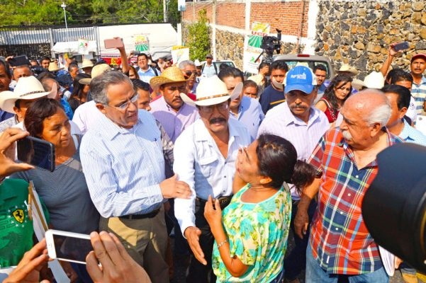 Entre empujones, sombrerazos y manotazos, se llevó a cabo la reunión entre líderes y el secretario de Desarrollo Agropecuario. Foto: FROYLÁN TRUJILLO