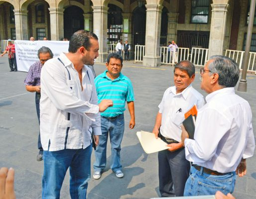 Jubilados del SAPAC exigieron el pago puntual de sus pensiones; fueron atendidos en la Plaza de Armas, por Mauricio Garduño Montoya, director de Conciliación. FOTO: HAIDEE GALICIA