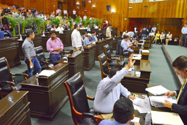 Con 20 votos a favor y 10 en contra, se aprobaron las leyes secundarias de la reforma electoral. Foto: HAIDEE GALICIA