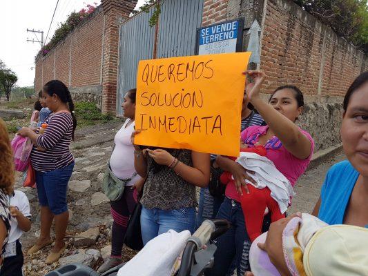 Bloquean carretera en Jojutla por retraso en obras escolares