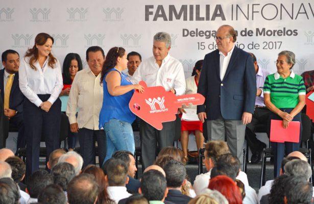 Varios afiliados al Infonavit recibieron escrituras de sus nuevas viviendas.