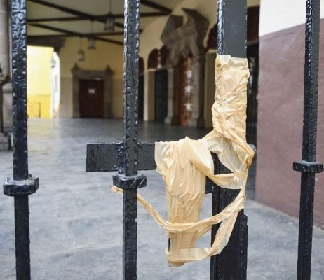Con cinta canela, los trabajadores cerraron las rejas del Congreso, ante la falta de acuerdos. FOTO: FROYLÀN TRUJILLO