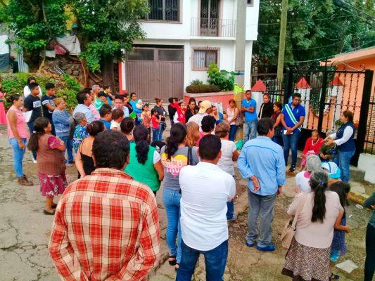 La diputada federal Lucía Meza recorrió las calles de Cuernavaca junto con los pobladores, ante quienes se comprometió a gestionar recursos para resolver añejas carencias.