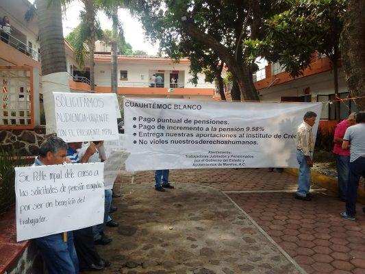 Jubilados se manifiestan en el Ayuntamiento de Cuernavaca