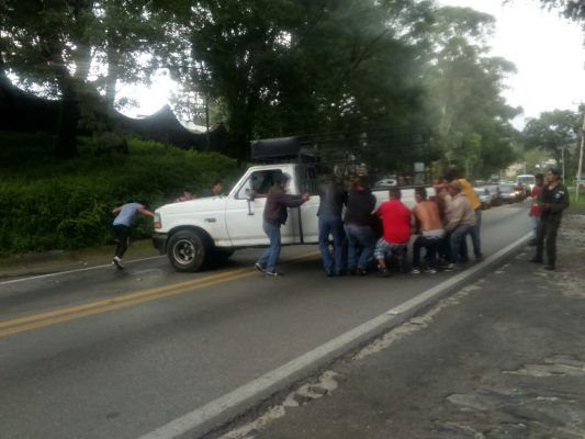 Impactan dos motociclistas contra camioneta