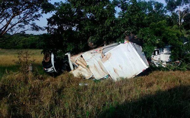 Se accidenta camioneta con víveres en La Tinaja-Cosoleacaque; se dirigía a Oaxaca