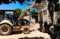 Con maquinaria pesada retiran el escombro.