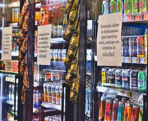 Desde ayer los establecimientos se abastecieron de bebidas alcohollicas. Foto: Jackeline López