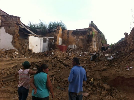 Suman 79 muertos por sismo
