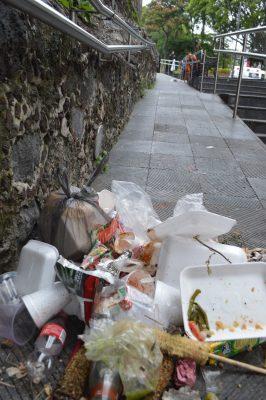 Desolación y basura en Plaza de Armas