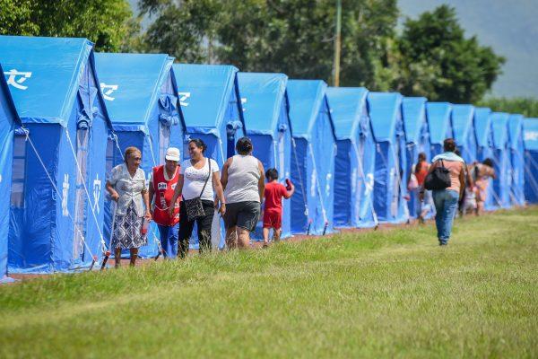 Reubican a familias en tiendas de campaña
