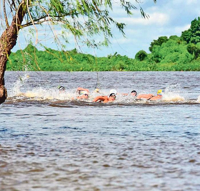 Roberto del Río se mantuvo en el puesto 5 de la clasificación general, por arriba de nadadores especialistas de aguas abiertas, con mayor experiencia y curricula. Foto: Roger Mixcoac