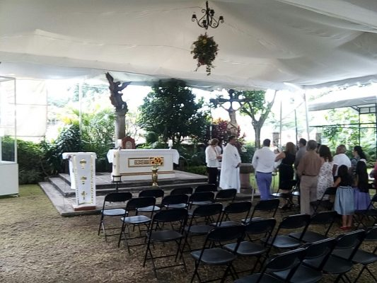 Ofician misas en exteriores