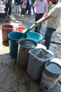 Pipas Surtiendo de Agua Potable a las Colonias (16)