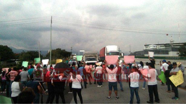 Siguen manifestaciones por adeudo en salarios de la UAEM