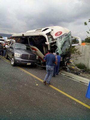 [VIDEO] Se accidenta autobús a la altura de la Paloma de la Paz