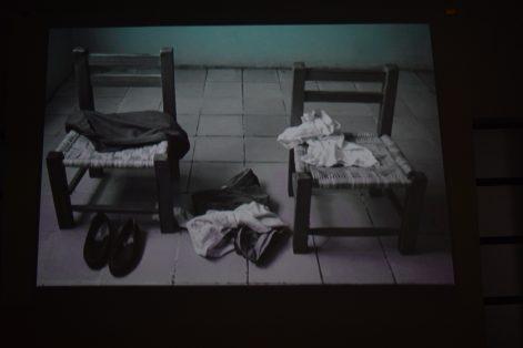 Las sillas representan a sus abuelos.