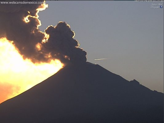 [VIDEO] Registra Popocatépetl exhalación de 3 km de altura