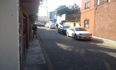 El cateo se realiza en la vivienda ubicada en el número 124 de la calle Coyotepec, ubicada en la esquina con fachada azul.