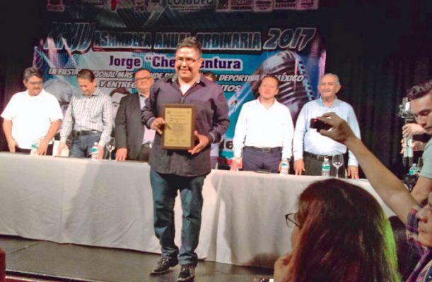 Reconocen a Antonio Avelino con premio Ángel Fernández