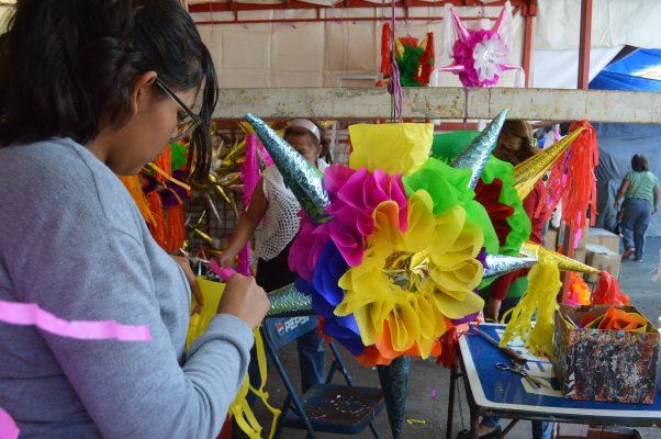 Alistan las piñatas para las posadas en el ALM