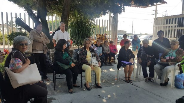 Maestros jubilados protestan por  la retención de pagos