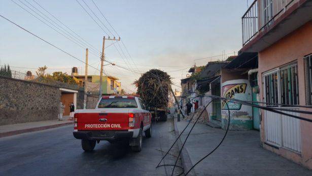 [VIDEO] Camión cañero arrasa con postes; deja a vecinos sin servicios