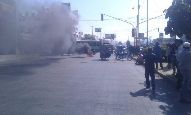 """[VIDEO] """"Incendian"""" mototaxistas Cuauhnáhuac; quieren fuera a piratas"""