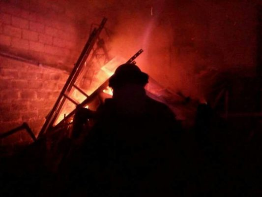 Quema de cuetes provoca incendio en bodega