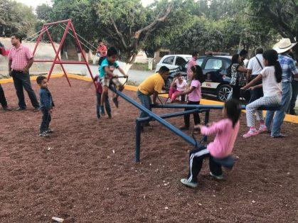 Los infantes del lugar disfrutaron de la nueva zona de juegos.