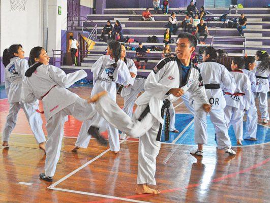 Entrenan 200 taekwondoines en el revo