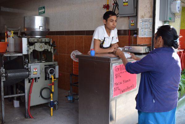 Divide a los tortilleros el aumento al precio del kilo
