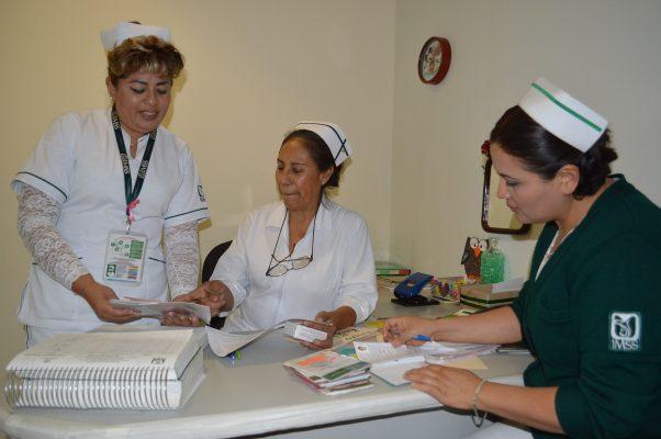Reconocen a enfermeros