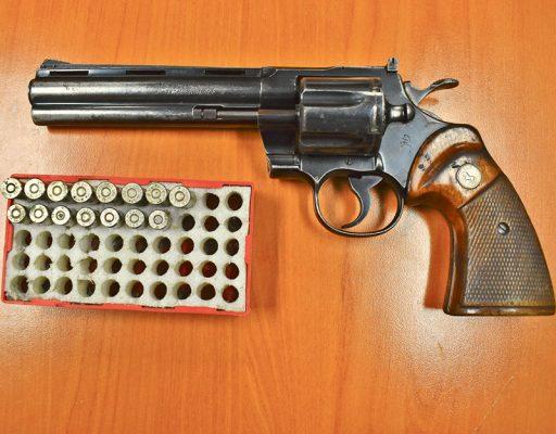 Le encontraron un arma tipo revólver, abastecida con ocho cartuchos útiles, calibre 357, y siete de otro calibre.