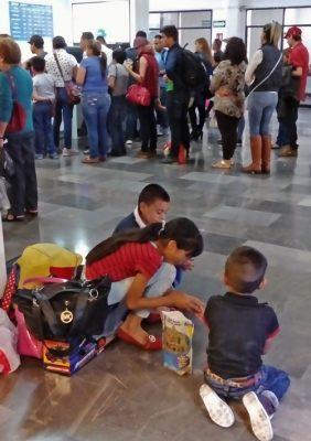 En las terminales de autobuses las personas hicieron largas filas y esperaron para tomar su camión. Foto: Haidee Galicia