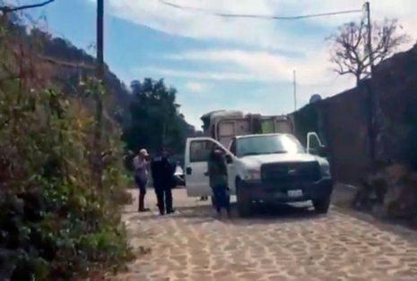 Se metió a la parte trasera del camión; aparentemente, para sacar algo que atoraba el mecanismo.