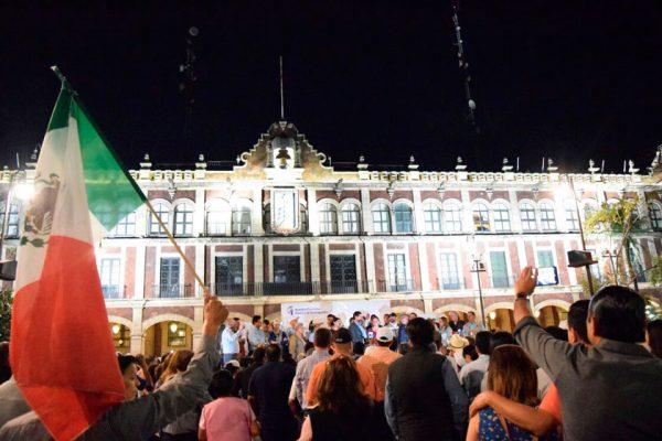 En la Plaza de Armas de Cuernavaca, Javier Corral insistió que en el centro de la protesta está la soberanía de un estado que servirá de ejemplo. Foto: Jackeline López