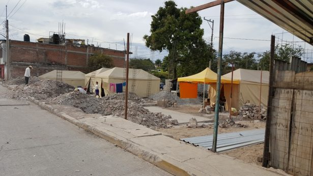 "Reconstruyen ""a ciegas"" afectados en Zacatepec"
