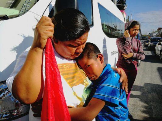 A sus 12 años, protesta y llora la muerte de su amigo
