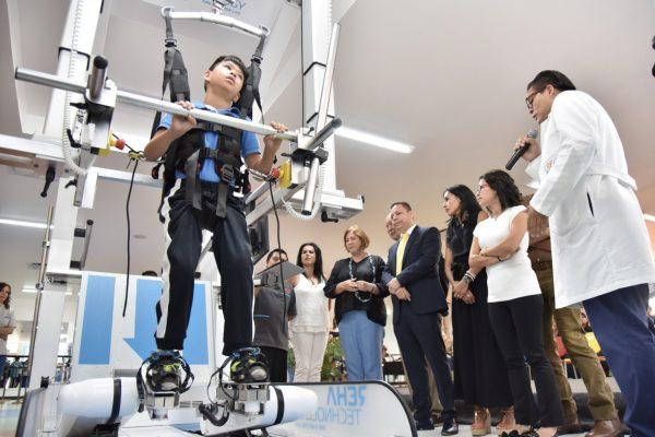 [VIDEO] Con un equipo robótico, ayuda DIF a personas paralíticas