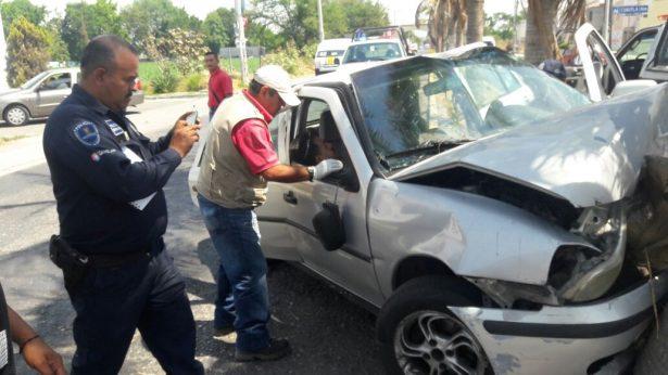 Destroza su automóvil al chocar contra palmera