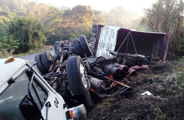 Vuelca trailer con desechos industriales en Veracruz