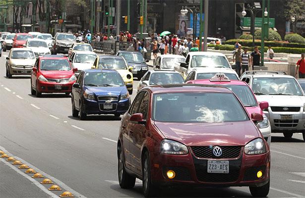 Sin permiso para circular automóviles con engomado rojo