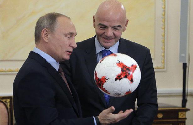 """Infantino regala a Putin un """"Krasava"""", el balón de la Confederaciones"""